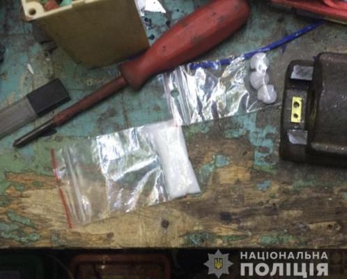 Поліція знайшла у гаражі чоловіка метамфетамін та ЛСД
