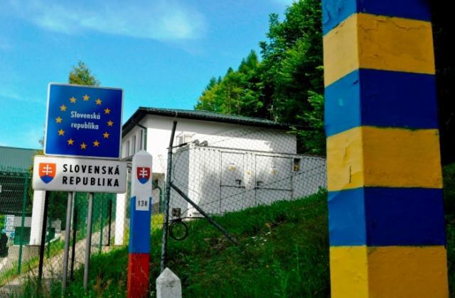 Неподалік українсько-словацького кордону затримали нелегалів: двом з них довелося викликати швидку