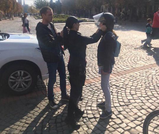 У центрі Мукачева поліцейські спілкувалися з містянами