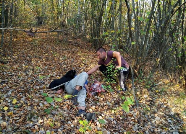 У лісі знайшли непритомного чоловіка. Поруч із ним сидів і завивав пес
