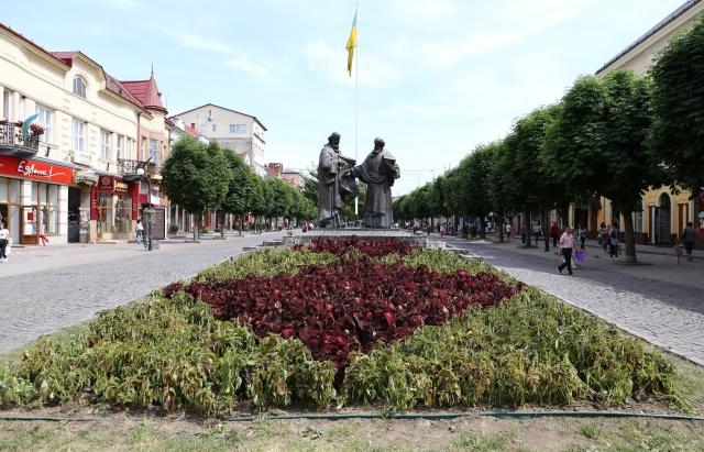 У центрі Мукачева демонтують 6 настінних панно