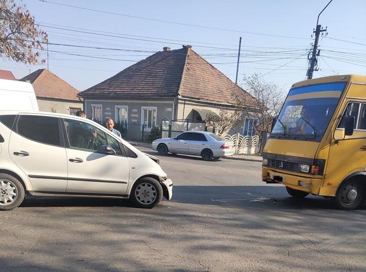 Автобус та легковик зіткнулися лоб у лоб