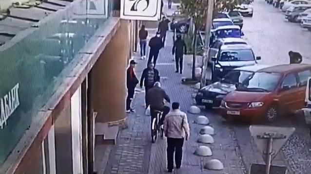 Хлопці в масках увірвались у банк: камери відеоспостереження зафіксували інцидент