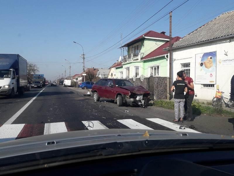 У Ракошині трапилась потрійна ДТП: зіткнулись легковик, вантажівка та мікроавтобус