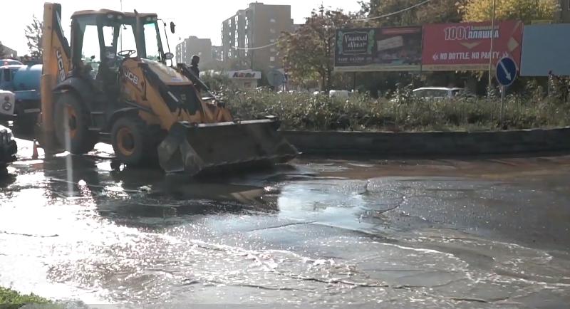 """В Ужгороді біля ТЦ """"Токіо"""" затопило дорогу"""