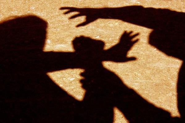 Сімейний підряд: батько з сином побили і пограбували чоловіка на вокзалі