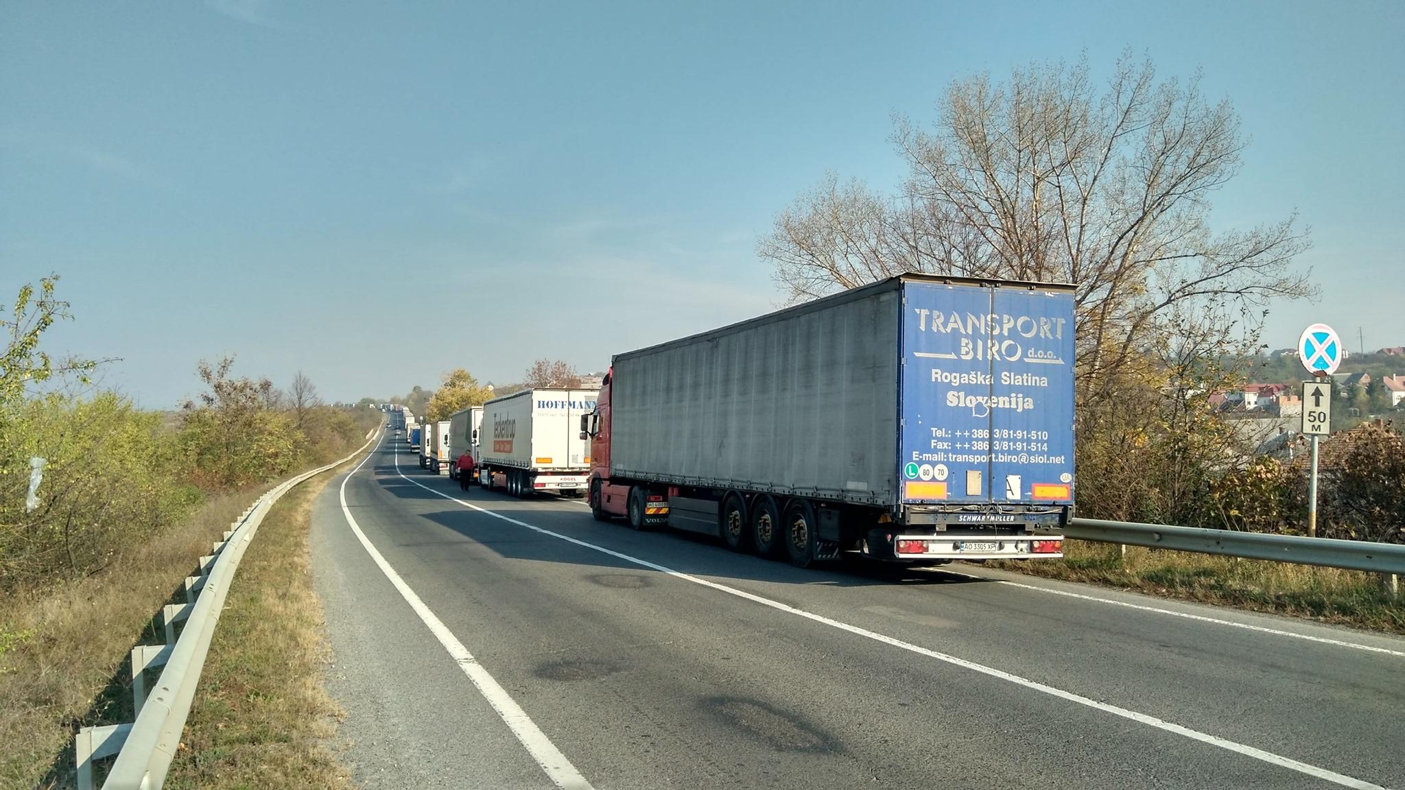 """На КПП """"Ужгород-Вишнє Нємецке"""" величезні черги з вантажівок"""