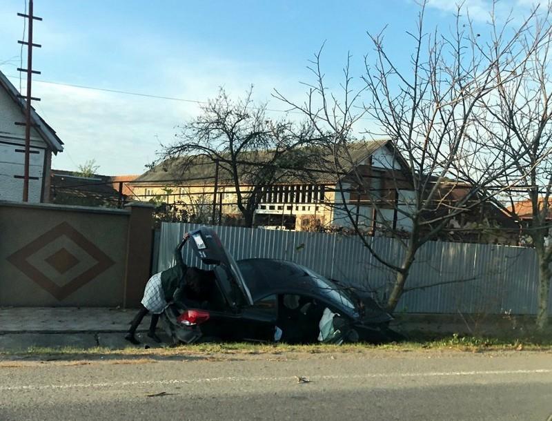 У Ракошині авто злетіло з дороги у врізалось в дерево