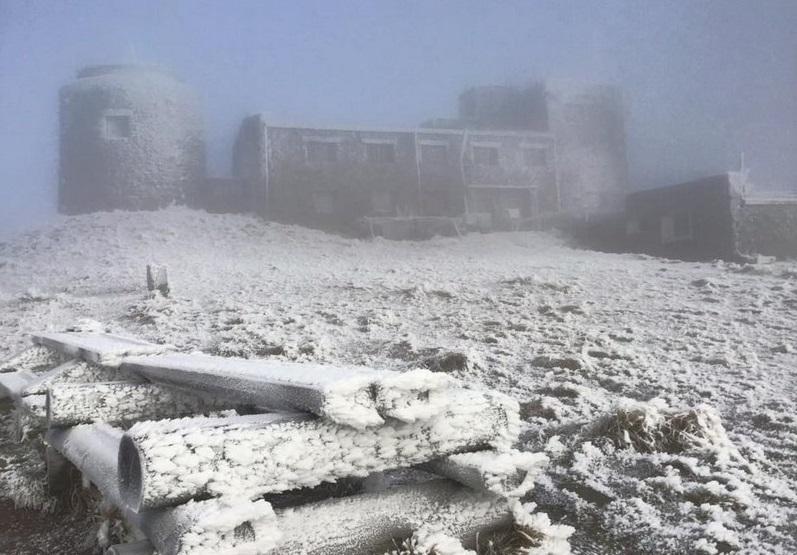 В гори прийшла зима: фото засніженої вершини облетіло мережу