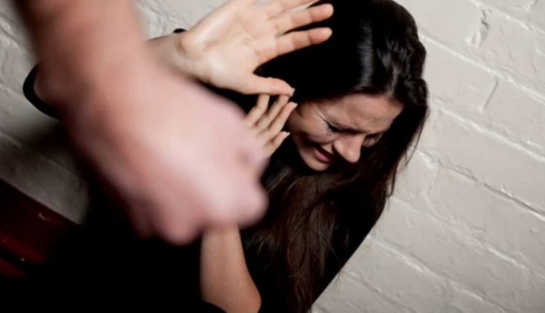 Розлючений мукачівець виламав вхідні двері і погрожував жінці розправою
