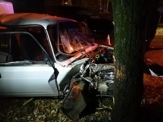 В Ужгороді сталася моторошна аварія: авто врізалось в дерево