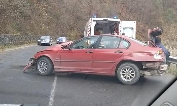 Авто врізалось у відбійник: постраждала жінка