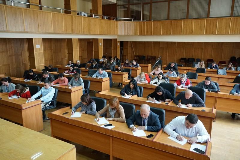 Працівники Ужгородської міськради писали радіодиктант національної єдності