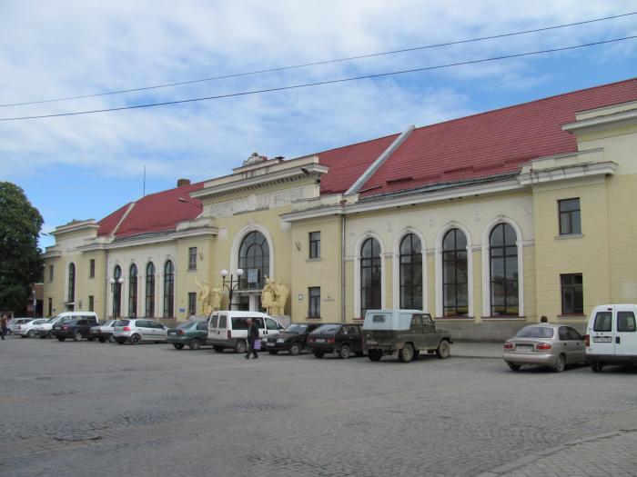 Суцільні ями, вибоїни та тріщини: яким є стан привокзальної ділянки у Мукачеві