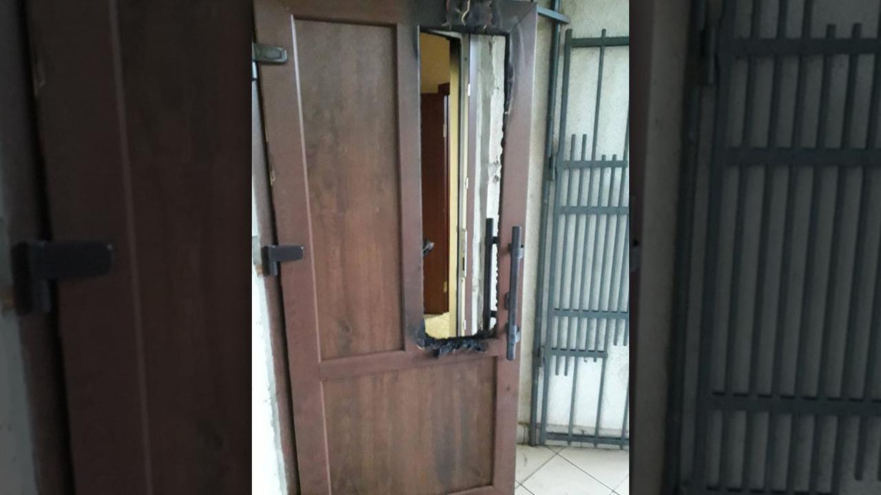 У Мукачеві горіли вхідні двері центральної районної бібліотеки