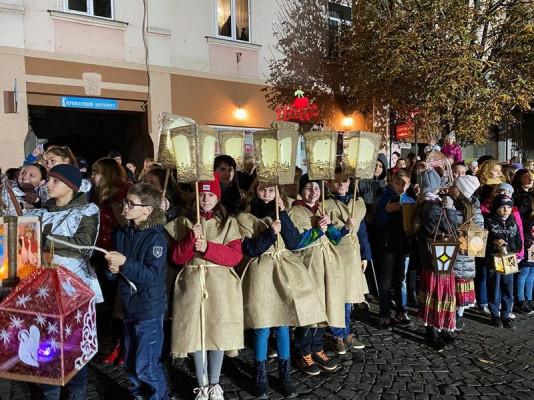 День святого Мартина: у центрі Мукачева відбулась видовищна хода з ліхтариками