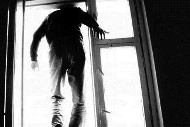 Сьогодні вранці в Ужгороді чоловік скоїв самогубство – вистрибнув із вікна 9 поверху