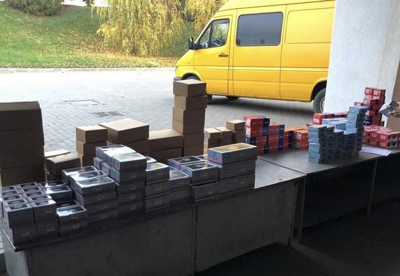 Закарпатські митники показали, що українець перевозив у мікроавтобусі