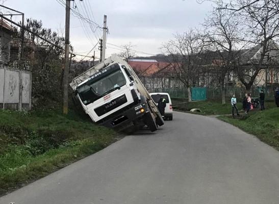 ДТП у Верхньому Коропці: водій сміттєвозу не впорався із керуванням