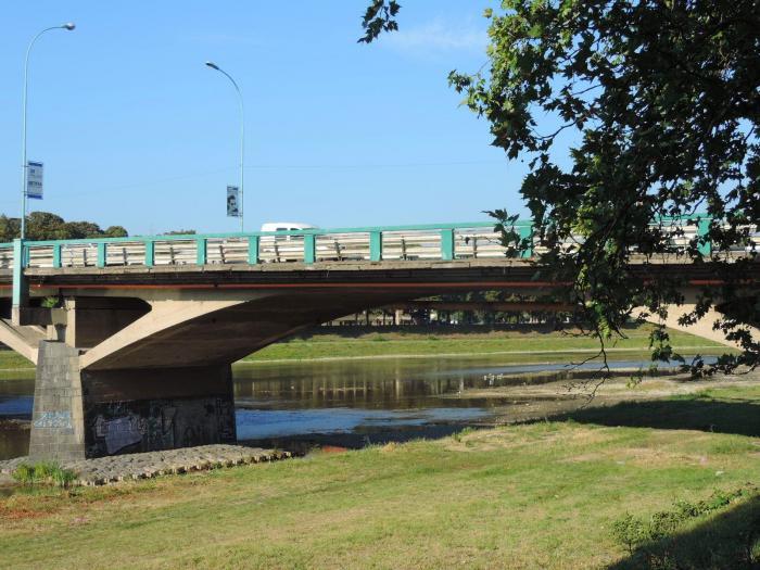 Завтра в Ужгороді обмежать рух автівок транспортним мостом