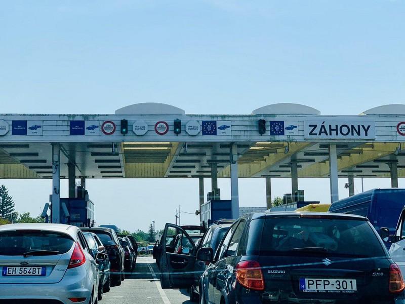 На українсько-угорському кордоні утворились величезні черги
