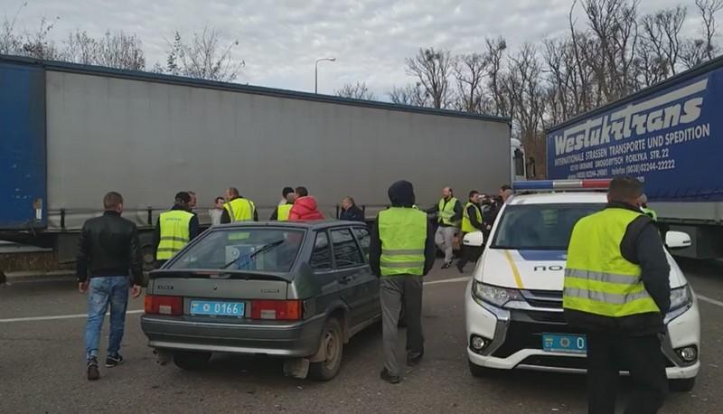 Далекобійники перекрили дорогу: що відбувається на об'їзній Ужгорода