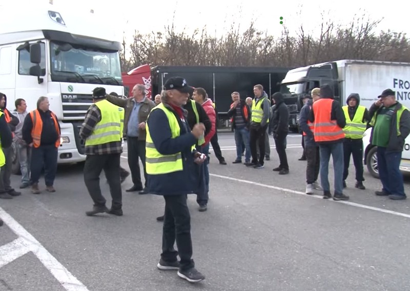 Далекобійники пояснили, чому перекрили частину дороги біля кордону зі Словаччиною