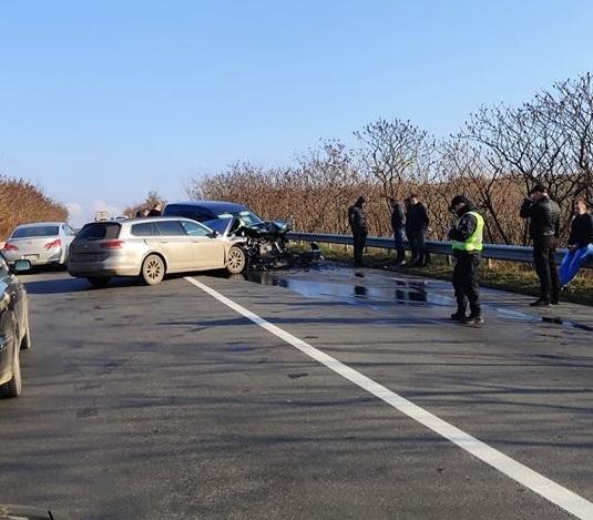 На трасі поблизу Глибокого сталася аварія. Одна з машин сильно пошкоджена
