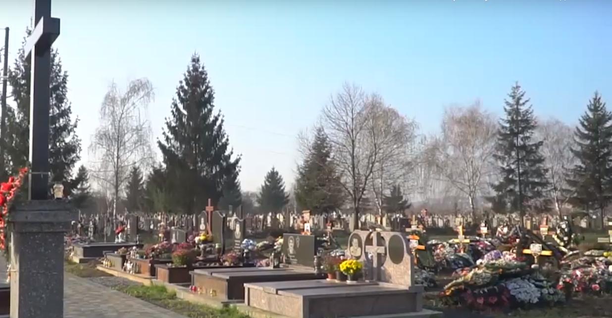 На Ужгородщині розгорівся конфлікт через місця на цвинтарі