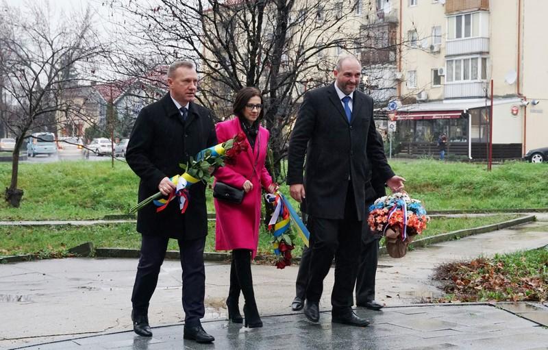 В Ужгороді відбулося покладання квітів до пам'ятників Мілану Штефанику і Томашу Масарику