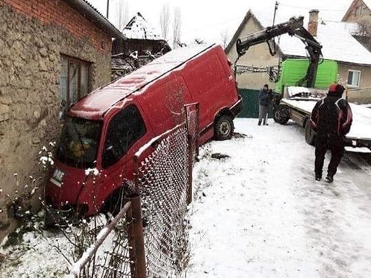 У Хустському районі мікроавтобус врізався у будинок