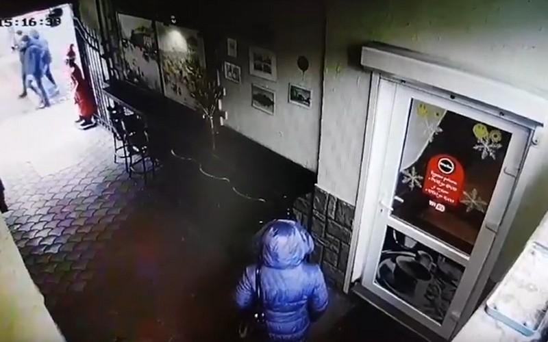 Камери зафіксували дивну крадіжку в центрі Мукачева в кафе Августіна