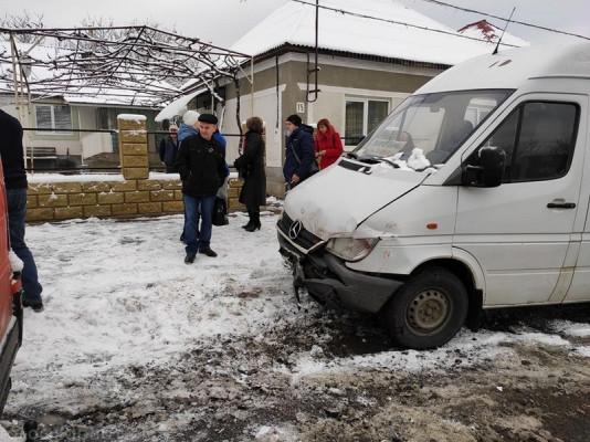 Маршрутка, в якій було чимало пасажирів, потрапила в аварію