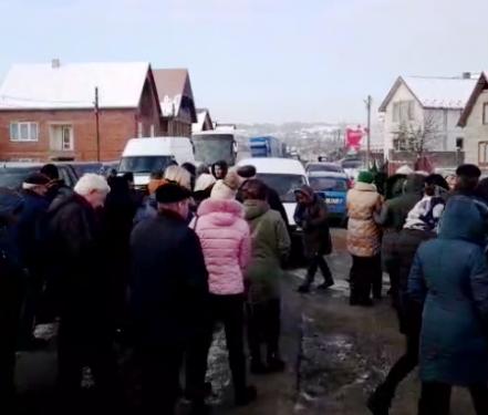 На Іршавщині люди перекрили дорогу