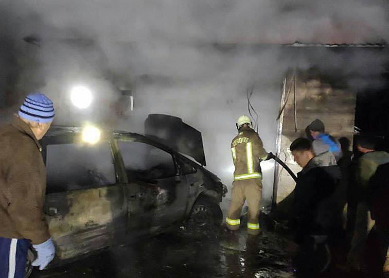 У гаражі майже вщент згорів автомобіль
