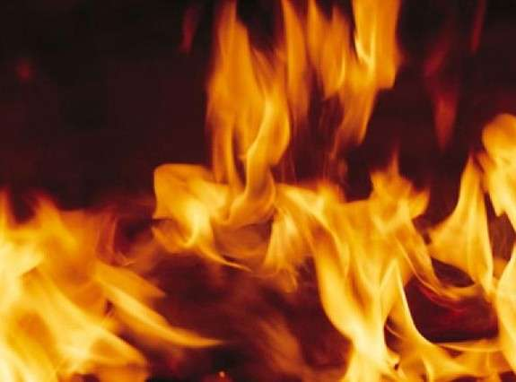 На Виноградівщині горить будинок