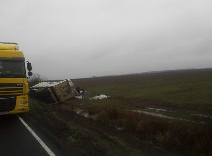 На Мукачівщині перекинулась вантажівка