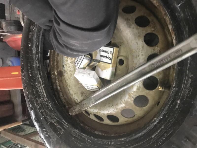 Митники знайшли в запасному колесі 216 пачок цигарок