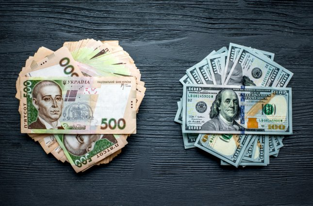 Чому долар падає, а ціни не знижуються: пояснення прем'єра