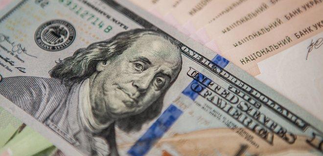 Долар дешевшає і оновить рекордно низький показник