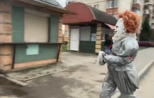 Мукачівський клоун Пеннівайз серед білого дня гуляв містом і дивував людей