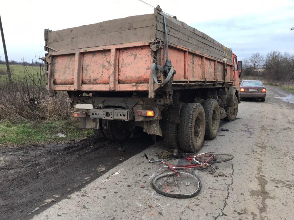 """Водій """"КАМАЗу"""" здійснив наїзд на велосипедиста: потерпілий у реанімації"""
