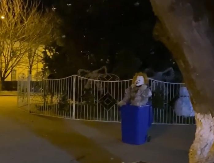 Мукачівський клоун Пеннівайз у Виноградові влаштував гру на гроші