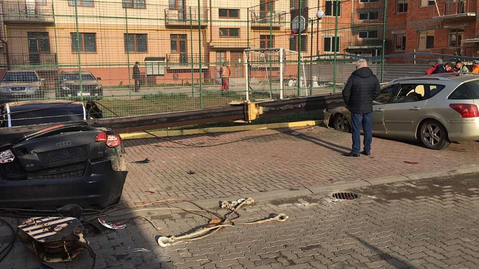 В Ужгороді впав будівельний кран та розчавив два автомобілі