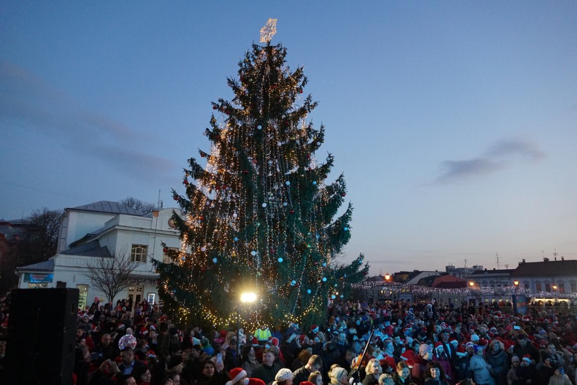В Ужгороді засвітили вогні головної новорічної ялинки міста