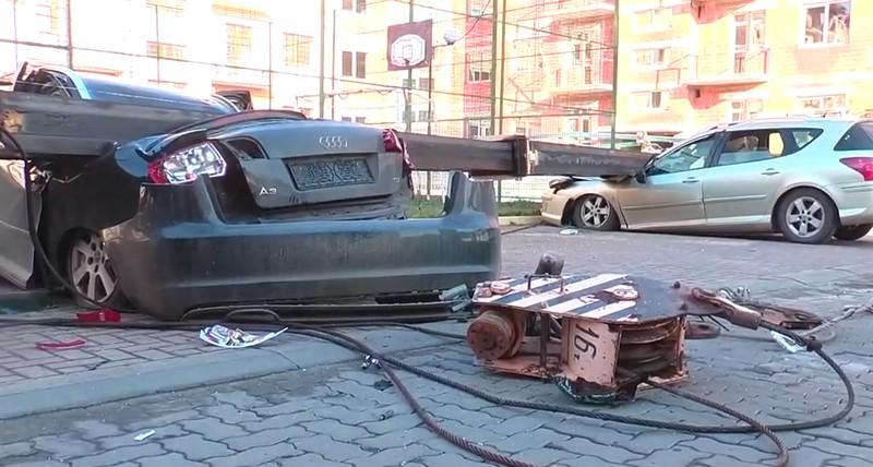 Будівельний кран розтрощив дві машини в Ужгороді: подробиці