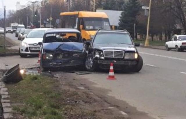В Ужгороді не розминулись два автомобілі