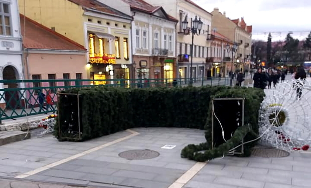 У центрі Ужгорода впала новорічна арка, яку встановили напередодні, – ЗМІ