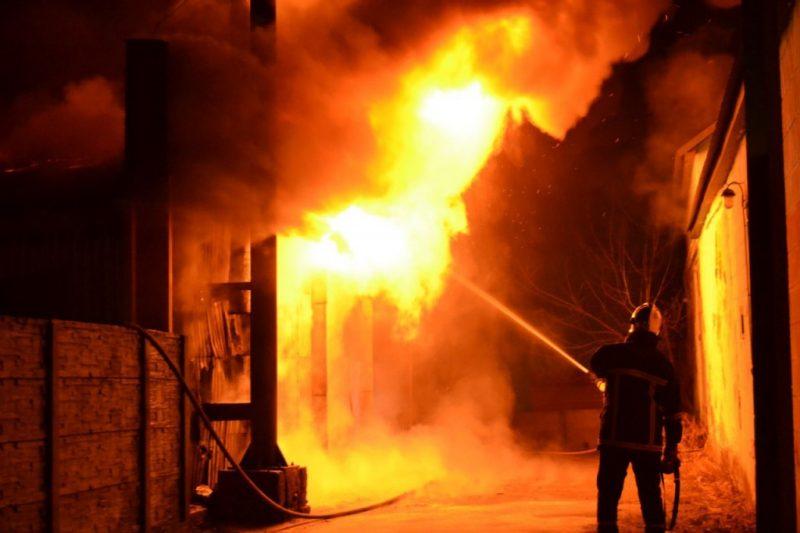На Іршавщині серед ночі палав будинок