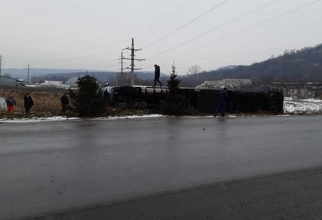 У Мукачеві перекинулась вантажівка
